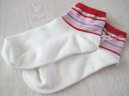 Hãy chuẩn bị một đôi bít tất trắng có phần sọc tương tự như hình