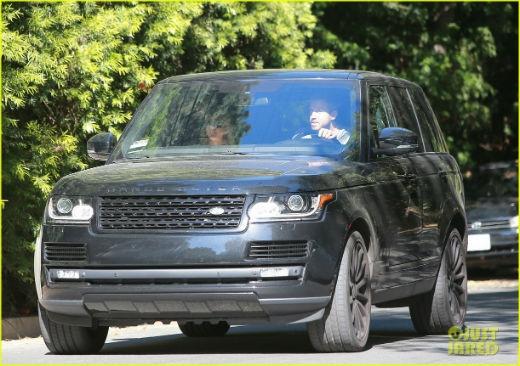 Cả hai dành thời gian riêng trong xe hơi.