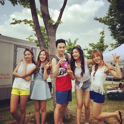 Key nhí nhảnh cùng Red Velvet khi ghi hình trong buổi quay quảng cáo.