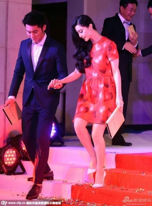 Cặp đôi gắn với nhau trong sự kiện chính tôn vinh của ban tổ chức.