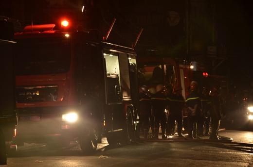 Hàng chục lính cứu hỏa đến hỗ trợ dập lửa tại cửa hàng tạp hóa gần chợ Bình Tây