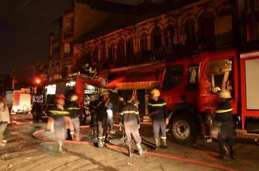 Gần 1h sau đám cháy đã được dập tắt hoàn toàn