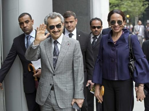 Dù là Hoàng thân của một trong những đất nước giàu có nhất nhì nhưng khởi nghiệp của Alwaleed cũng khá bình thường. Sau khi tốt nghiệp tại 1 trường ĐH của Mỹ, ông nhận được món quà trị giá 30.000 USD cùng khoản tiền 300.000 USD và một căn nhà.