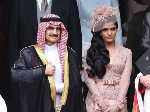 Một trong những người vợ của ông - Công chúa Ameera Al-Taweel – là người vợ thứ 4. Đây là người vợ được Alwaleed nhận xét là thông minh, là hình mẫu đại diện cho phụ nữ Saudi Arabia. Hiện 2 người đã li thân.