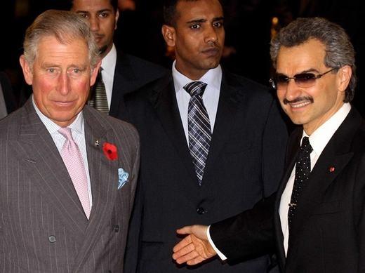 """Ông gặp gỡ khá nhiều những nhân vật danh tiếng thế giới. Trong ảnh là cuộc gặp giữa Hoàng thân Alwaleed và Thái tử Anh Charles. Những nhân vật khác ông đã từng gặp là Nữ hoàng Elizabeth, Nữ hoàng Rania của Jordan, tổng thống Pháp Nicolas Sarkozy và Francois Hollande. Ông cũng đã từng gặp """"ông hoàng nhạc pop"""" Michael Jackson."""