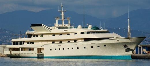 """Như những người giàu sang khác, ông có du thuyền, siêu xe, máy bay riêng... Trong ảnh là chiếc New Kingdom 5KR Yacht, dài 86 mét, có phòng nhảy disco, rạp chiếu phim, bãi đỗ trực thăng, các phòng tiếp khách… Du thuyền này đã từng xuất hiện trong phim Điệp viên 007 (phần Never Say Never Again). Hiện ông cũng vừa đặt hàng một """"siêu du thuyền"""" với chiều dài 170m và trị giá 500 triệu USD. Khi hoàn thành, nó sẽ là du thuyền lớn thứ 3 thế giới."""