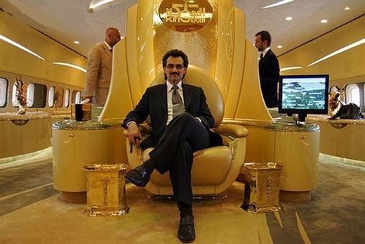 Tuy nhiên, ông đã bán chiếc Airbus A380 để tậu về chiếc Boeing 747 trị giá khoảng 220 triệu USD. Giữa máy bay, ông làm một chiếc ghế giống như ngai vàng của vua chúa.