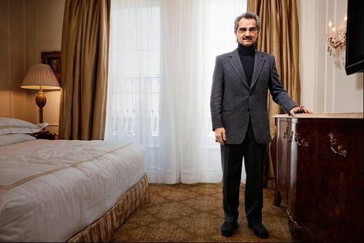 Ông cũng có 1 biệt thự tại thủ đô Riyadh, có 420 phòng, 2 bể bơi và một sân chơi tennis. Toàn bộ khu nhà làm bằng đá cẩm thạch.
