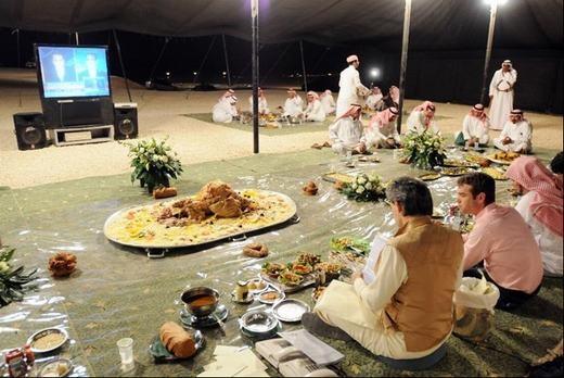 Tuy nhiên, vị hoàng thân này lại thường xuyên dùng bữa tối với những người thân thuộc, các cộng sự của ông tại một trang trại rộng 48,5 hecta gồm một sở thú thu nhỏ và 5 hồ nhân tạo.