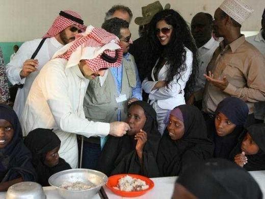 Bên cạnh đó, hoàng thân Alwaleed cũng có khá nhiều các hoạt động từ thiện. Hiện cũng đã có một quỹ từ thiện mang tên ông được thành lập và hoạt động hiệu quả.