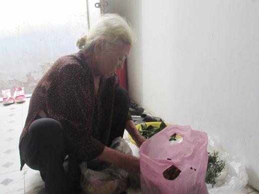 Sau khi đi hái thuốc về bà Huệ phân ra rồi đem vào chùa làm từ thiện