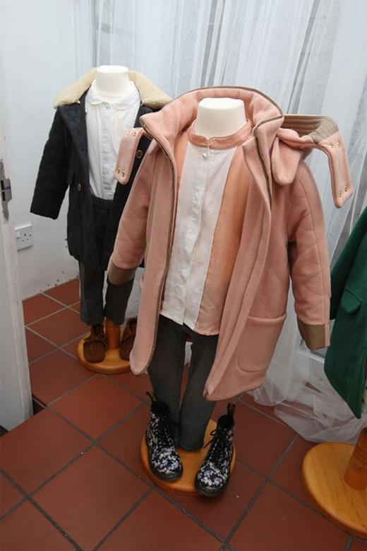 Hay những trang phục dành cho mùa lạnh với nhiều lớp quần áo. Tổng thể đặc trưng bởi chiếc áo măng tô dày với những chất liệu giữ ấm tốt.
