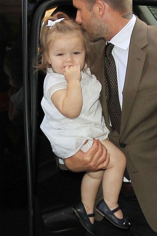 Bộ váy trắng mà Harper diện trong một lần đi sự kiện cùng bố cũng được đem ra bày bán.