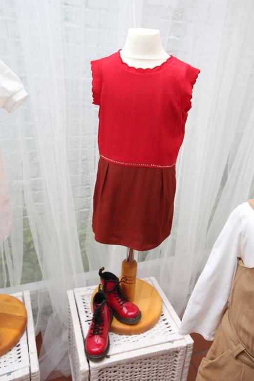 Lấy sắc đỏ làm chủ đạo, bộ trang phục kết hợp hài hòa giữa nét nữ tính cùng sự cá tính, mạnh mẽ của đôi boot da cổ cao.