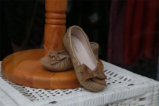 Những đôi giày búp bê nhỏ xinh cũng có giá lên đến hàng chục triệu đồng.