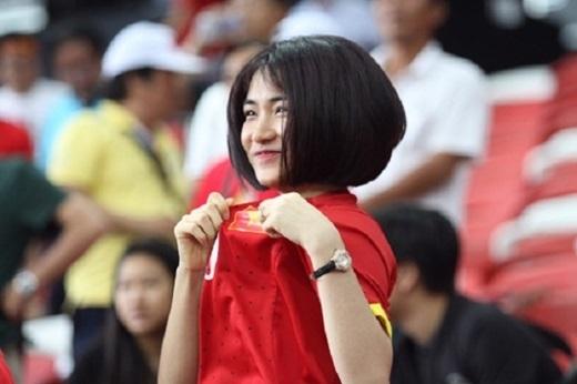 Cô nàng thường xuyên có mặt trong những trận đấu có Công Phượng. Thậm chí, Hòa Minzy còn bay sang Singapore để cổ vũ cho chàng tiền đạo trẻ. - Tin sao Viet - Tin tuc sao Viet - Scandal sao Viet - Tin tuc cua Sao - Tin cua Sao