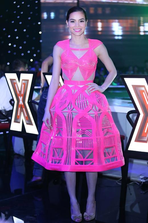 Là một người kỹ tính trong việc lựa chọn trang phục trong những lần xuất hiện trước công chúng nhưng Hồ Ngọc Hà cũng từng không may gặp sự cố với trang phục ngay trên sóng truyền hình trực tiếp. Bộ váy hồng neon với những chi tiết 3D kết hợp chất liệu xuyên thấu gợi cảm khá độc đáo nhưng lại khiến nữ hoàng giải trí bị lộ rõ nội y bên trong.