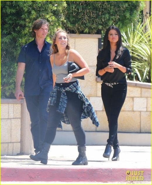Selena diện nguyên cây đen thanh lịch.