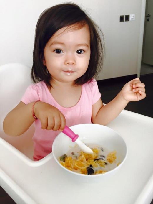 Đoan Trang đã đăng tải hình ảnh đáng yêu của con gái cô trên trang cá nhân. Cô cũng đã chia sẻ rằng, bé Sol giờ đã đến tuổi tự ăn nên nữ ca sĩ đã ra tay làm món sữa chua mít cho con gái, kết quả cô bé rất thích và đã ăn hết sạch tô. Có thể thấy bé Sol thừa hưởng được sự đáng yêu và nét đẹp của cả cha lẫn mẹ.