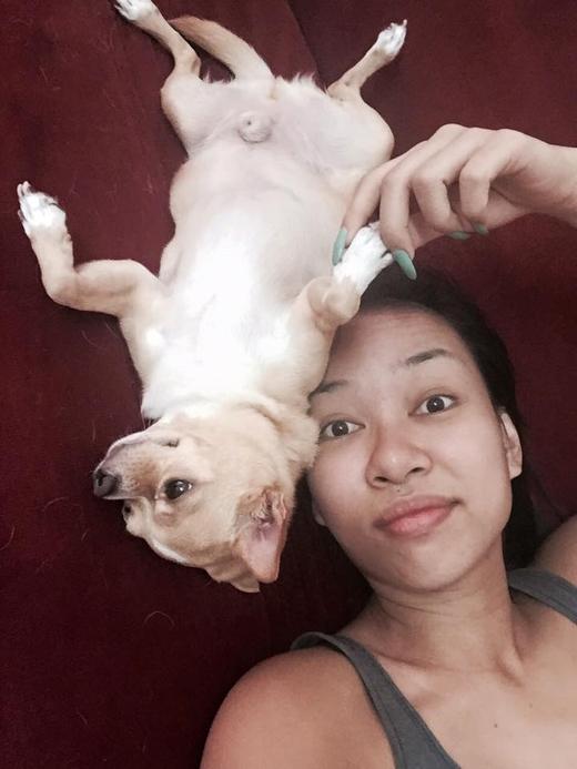 Nữ ca sĩ Thảo Trang đã khoe hình ảnh của mình cùng chú cún nhỏ. Cô cho biết, vì là ngày nghỉ nên cô đã có được khoảng thời gian thoải mái ở nhà đùa nghịch cùng chú cún cưng của mình.