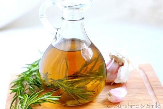 Tỏi và dầu oliu hay dầu dừa có thể giúp bạn hạ sốt cấp tốc