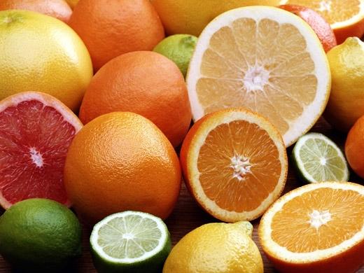Vitamin C có công dụng chống hắt hơi, sổ mũi, vì thế bạn nên uống nhiều nước ép trái cây họ cam, quýt, chanh, bưởi…