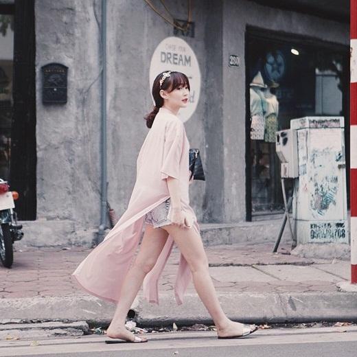 Hot girl Sun Ht diện đồ cực kỳ cá tính xuống phố. Cô nàng lựa chọn chiếc quần short jeans, áo màu hồng nude dài cách tân đi kèm chiếc túi xách cầm tay. Trông Sun Ht cực kỳ thời trang mà vẫn vô cùng nữ tính.