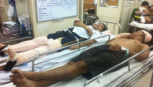 Các nạn nhân được cấp cứu tại bệnh viện. Ảnh: TPO