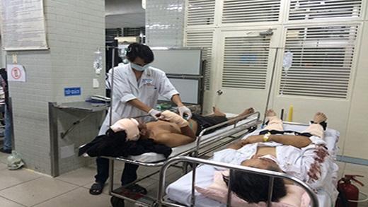 Các bác sĩ cấp cứu và điều trị cho các nạn nhân. Ảnh:VNN