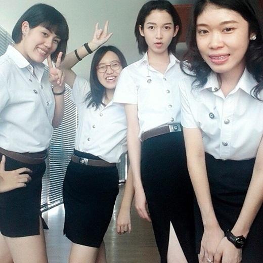 Khi đứng cùng các cô gái thì Woe Jade được đánh giá là cô nàng xinh nhất.