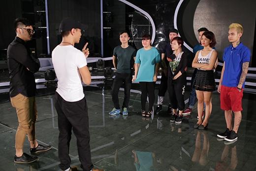 Biên đạo múa hướng dẫn các thí sinh