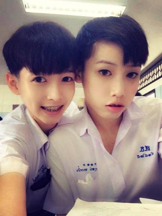 Dù có để tóc ngắn thì trông Woe Jade (bên trái) cũng giống như một cô nàng tomboy.
