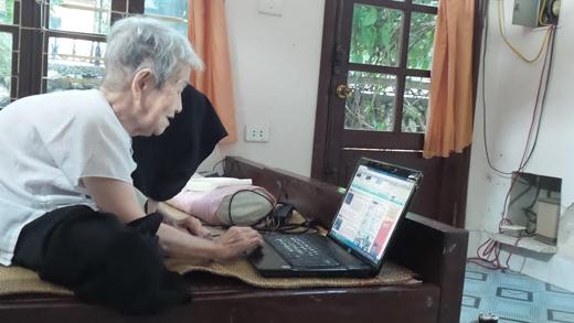Cụ Thi hàng ngày vẫn lên mạng lướt facebook và đọc tin tức. Ảnh:DT