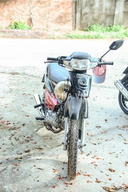 Chiếc xe máy cũ là phương tiện kiếm sống chính của Phùng Ngọc hiện tại - Tin sao Viet - Tin tuc sao Viet - Scandal sao Viet - Tin tuc cua Sao - Tin cua Sao