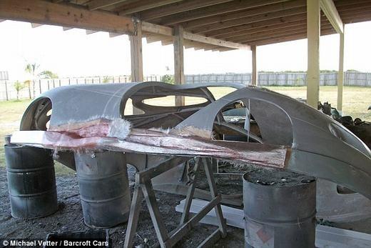 Vỏ của xe được tăng cường độ bền bằng sợi thủy tinh trước khi phun sơn.