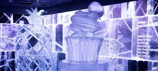Chiếc cupcake và quả thơm khổng lồ đóng vai trò vedette trong Icebar năm nay.