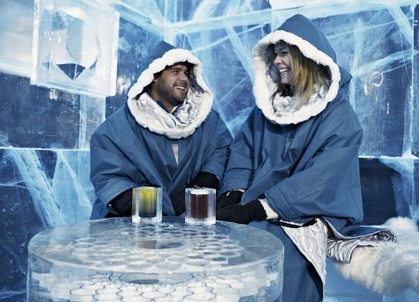 Để giữ ấm, khách phải mặc một chiếc áo khoác da tổng hợp