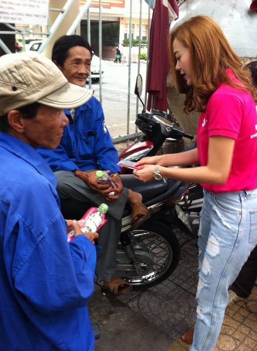 Minh Hằngmới đây đã chung tay kêu gọi mọi người tham gia chiến dịch từ thiện cực kì ý nghĩa, đó là được cùng cô gửi 2 triệu chai nước và khăn lạnh đến mọi người để giải nhiệt trong mùa hè nóng bức này.