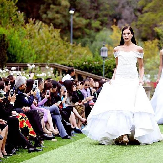"""Và một hình ảnh mới nhất trên sàn diễn với chiếc váy cưới trắng:""""Một bức ảnh nữa từ show diễn của Harper's Bazaar. Bộ trang phục này có dáng khá cứng, lại thêm tà váy phía trước dày hơn 30 cm nên tôi đã phải vừa đi catwalk vừa như phải nhảy điệu cha cha vậy""""."""