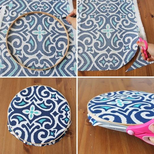 Đầu tiên, hãy đặt khung thêu nhỏ lên vải, vẽ một vòng tròn rồi cắt vải ra, nhớ chừa một khoảng chứ đừng cắt sát quá nhé! Sau đó, hãy lồng khung thêu lớn cùng cặp vào và cắt bớt đi phần vải thừa.