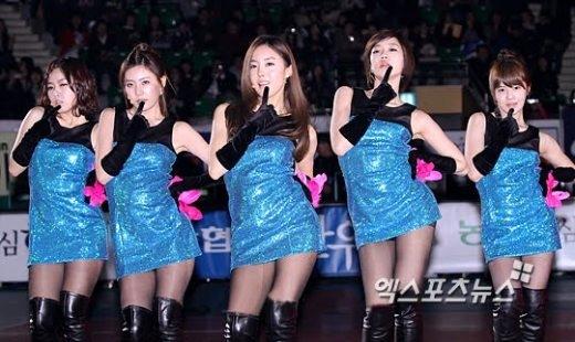 """Lắc đầu trước trang phục biểu diễn """"khó hiểu"""" của nhóm nhạc Kpop"""