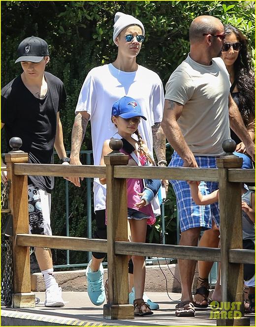 Justin Bieber ghi điểm khi dắt cả gia đình đi chơi Disneyland