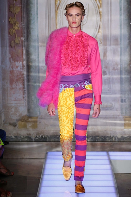 Mới đây, BST 2015 dành cho phái mạnh của Moschino cũng để lại ấn tượng mạnh mẽ trong tuần lễ thời trang dành cho nam giới khi liên tục cho người mẫu nam diện đồ lót theo phong cách hoàng gia, trang phục xuyên thấu khoe nội y hay sử dụng những gam màu rực rỡ trong những trang phục mang phong cách lưỡng tính.