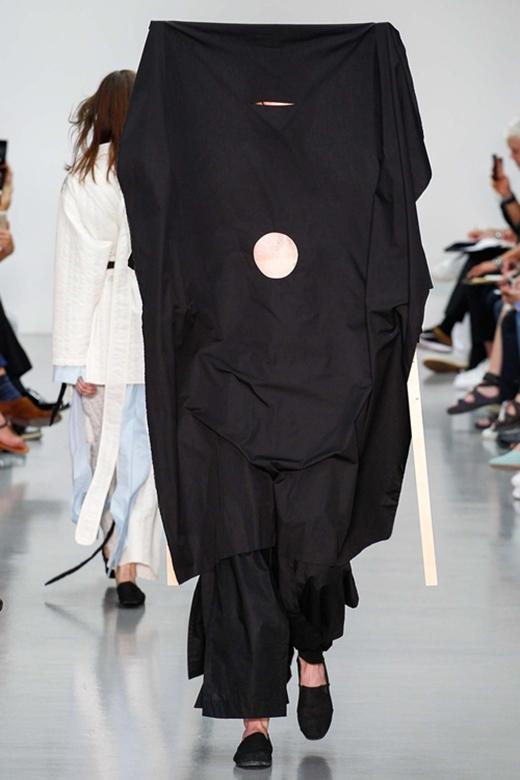 Những người mẫu nam phải khá vất vả mới hoàn thành được phần trình diễn trong những trang phục kín mít của nhà mốt Craig Green trong show diễn Thu - Đông mới đây.