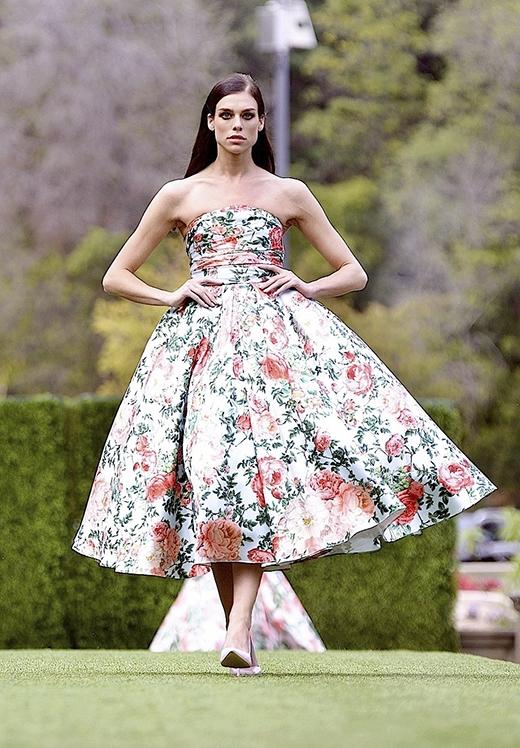 Á quân American's Next Top Model 2009 lại khá điệu đà, nữ tính trong thiết kế mullet màu vàng chanh dịu mát và chiếc váy xòe cúp ngực cổ điển với họa tiết hoa hồng. Cả hai đều có những bước đi chuẩn xác cùng thần thái của một người mẫu mang đẳng cấp quốc tế.