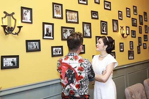 Sau đó, cựu Đại sứ Du lịch không quên giới thiệu cho HLV The Voice những bức ảnh của mình... - Tin sao Viet - Tin tuc sao Viet - Scandal sao Viet - Tin tuc cua Sao - Tin cua Sao