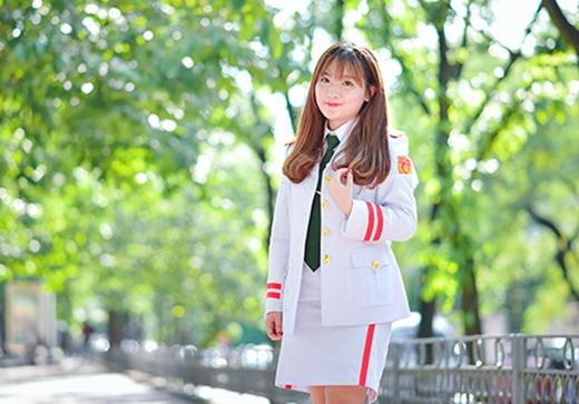 Cô bạn sinh năm 1997 cực kì rạng rỡ và xinh đẹp trong bộ lễ phục.