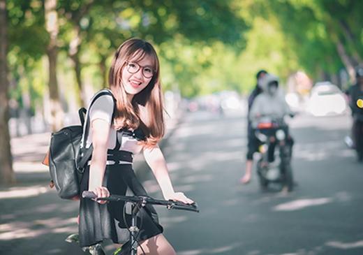 Sau thời gian huấn luyện khắc nghiệt trong trường, ở ngoài đời, giống với các thiếu nữ đồng trang lứa, Nhật Linh cũng là một cô gái nhí nhảnh, năng động và dễ thương.