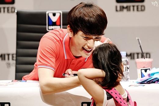 Fan ngất ngây với nụ cười chuẩn mực của Siwan bên trẻ con.