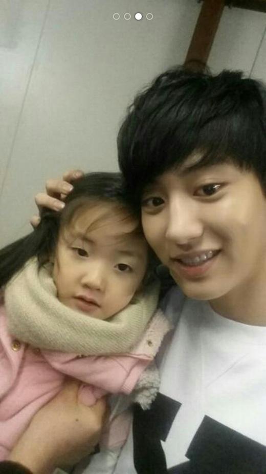 Chanyeol hoàn toàn thích hợp với hình ảnh của một người cha mẫu mực và vô cùng hiền lành.